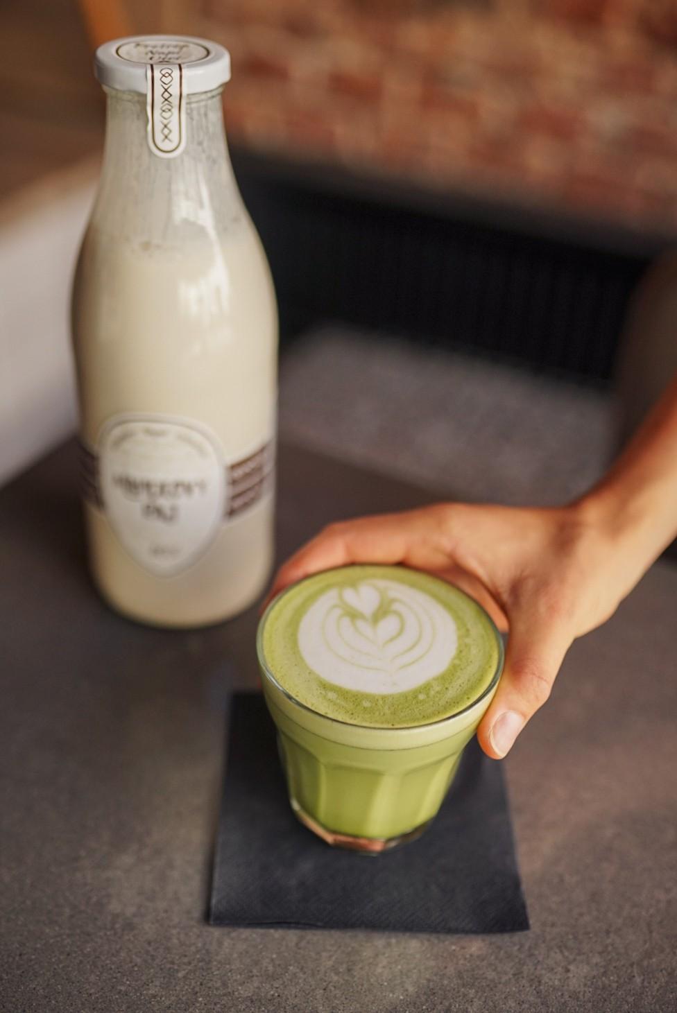 Urban Bistro mandľové matcha latte